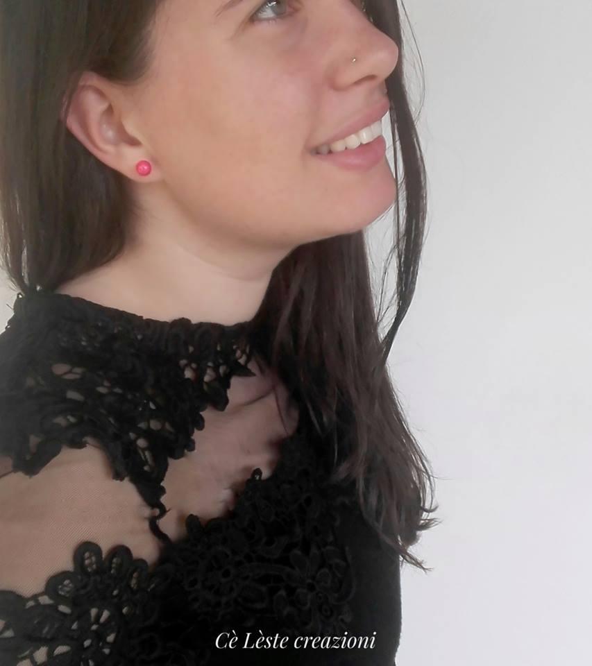 Celeste di Cè Lèste creazioni indossa un paio di orecchini di perle di carta color fuxia